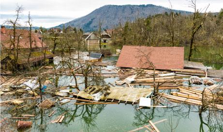 Ein brennendes Haus, das durch eine Gebäudeversicherung abgesichert ist
