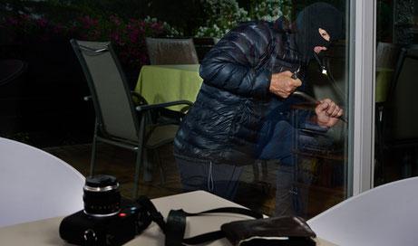 Eine Wohn-Küche mit exklusiven Möbeln gehören zum Hausrat und sind versichert