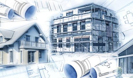 Ein Neubau mit Gerüst und ein fertiggestelltes Eigenheim mit Bauplänen