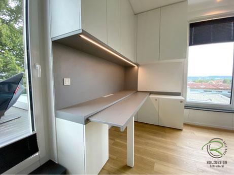 eingeschobene Schreibtischplatte, Arbeitszimmer-Einrichtung raumhohen Einbauschränken und ausziehbarer Schreibtischplatte in weiß und grau, Büromöbel u. Schreibtisch mit Unterschränken u. Aktenschränken, Schreibtisch mit Arbeitsbeleuchtung