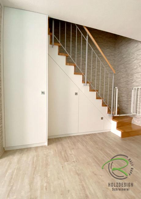 nachträglich eingebauter, raumhoher Treppenschrank nach Maß,Schranklösung unter Treppe für max, Stauraum, weißer Treppenschrank nach Maß von Schreinerei Holzdesign Ralf Rapp, Maßschrank unter gewendelte Treppe, Schrank im Treppenverlauf, Stauraum Trepp