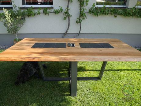 Moderner Esstisch Eiche mit anthrazitem, trapezförmigen Stahltischgestell mit Massivholztischplatte mit Steckdoseneinheit u. Schieferplatten als Topfuntersetzer