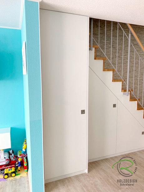 Schrank unter Treppe in weiß mit flächenbündigem Muschelgriff,Schranklösung unter Treppe für max, Stauraum, weißer Treppenschrank nach Maß von Schreinerei Holzdesign Ralf Rapp, Maßschrank unter gewendelte Treppe, Schrank im Treppenverlauf, Schranklösung
