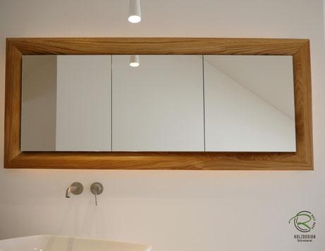 3-türiger, auf Gehrung gefertigter Spiegelschrankrahmen in Eiche Massivholz,Glasfachböden in Spiegelschrank Holz, doppelt verspiegelte Spiegelschranktüren, Waschtisch Eiche mit in Wand eingelassenen Spiegelschrank, Spiegelschrank mit LED-Beleuchtung