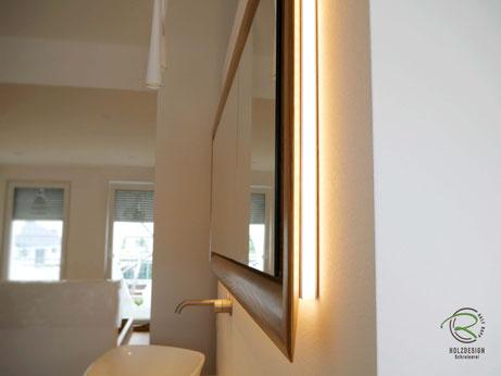 Spiegelschrank Holz mit rundum laufender LED-Beleuchtung,Glasfachböden in Spiegelschrank Holz, doppelt verspiegelte Spiegelschranktüren, Waschtisch Eiche mit in Wand eingelassenen Spiegelschrank, 3-türiger Eichen Spiegelschrank mit auf Gehrung gefertigt