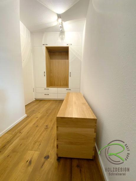 Garderoben nach Maß in weiß u. Eiche massiv von Schreinerei Holzdesign Ralf Rapp in Geisingen, Garderobenschrank in Wandnische in Eiche und weiß mit Sitztruhe, Einbauschrank nach Maß in weiß und Eiche mit Sitzmöglichkeit u. offener Garderobennische