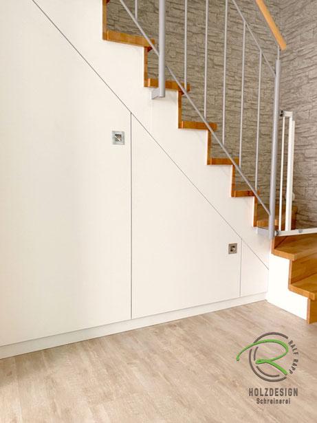 Schranklösung unter Treppe für max, Stauraum, weißer Treppenschrank nach Maß von Schreinerei Holzdesign Ralf Rapp, Maßschrank unter gewendelte Treppe, Schrank im Treppenverlauf, Stauraum unter Treppe mit Drehtüren nach Maß, Einbauschrank unter Treppe