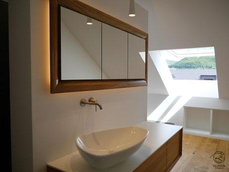 in Wand eingelassener Spiegelschrank mit passendem Waschtischunterschrank,Glasfachböden in Spiegelschrank Holz, doppelt verspiegelte Spiegelschranktüren, Waschtisch Eiche mit in Wand eingelassenen Spiegelschrank, 3-türiger Spiegelschrank Eiche massiv