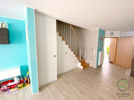 Einbauschrank in weiß nach Maß unter gewendelte Treppe, weißer Treppenschrank, Treppe mit integriertem Schrank, Maßgefertigter Schrank unter Treppe, Einbauschrank vom Schreiner unter Treppe, Treppenunterschrank in weiß von Schreinerei Holzdesign Ralf Rapp