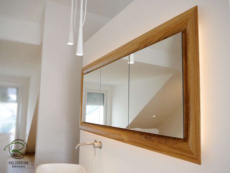 Spiegelschrank Holz mit Eichen-Rahmen & indirekter Beleuchtung, 3-türiger Spiegelschrank mit Eichen-Rahmen in die Wandnische eingelassen, auf Gehrung gefertigter Eichen-Spiegelschrankrahmen, Spiegelschrank , Spiegelschrank LED-Beleuchtung