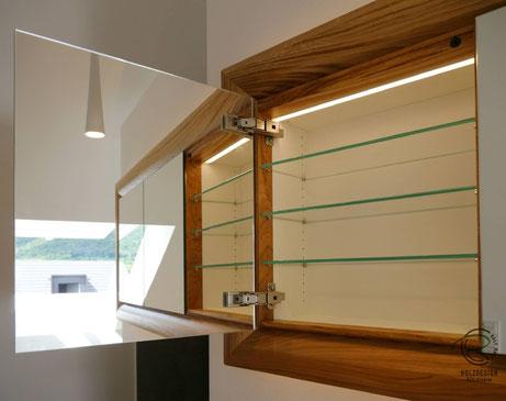 Spiegelschrank mit LED-Innenbeleuchtung & doppelt verspiegelten Spiegelschranktüren,Glasfachböden in Spiegelschrank Holz, doppelt verspiegelte Spiegelschranktüren, Waschtisch Eiche mit in Wand eingelassenen Spiegelschrank, 3-türiger Eichen Spiegelschrank