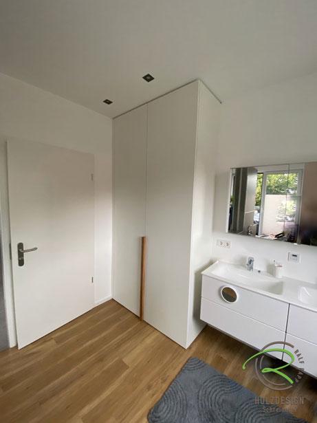 Waschmaschinen-Einbauschrank in weiß mit Eichen-Griffleiste, weißer Schrank nach Maß für Waschturm, Schrank für Waschmaschine u. Trockner, Waschmaschinen-Einbauschrank im Badezimmer
