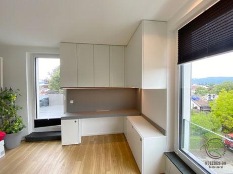 Einbauschrank mit ausziehbarem Schreibtisch, eingeschobene Schreibtischplatte, Arbeitszimmer-Einrichtung raumhohen Einbauschränken und ausziehbarer Schreibtischplatte in weiß und grau, Büromöbel u. Schreibtisch mit Unterschränken u. Aktenschränken