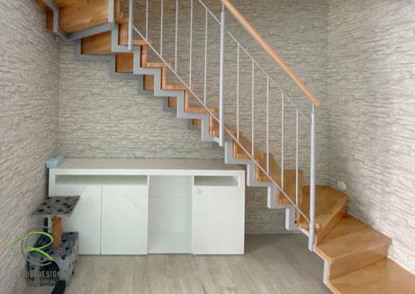gewendelte Treppe mit handelsüblichem Sideboard