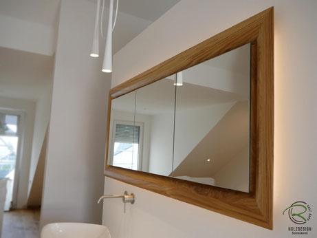 Spiegelschrank mit rundum verlaufende Schattenfuge als Griffmulde,Glasfachböden in Spiegelschrank Holz, doppelt verspiegelte Spiegelschranktüren, Waschtisch Eiche mit in Wand eingelassenen Spiegelschrank, 3-türiger Eichen Spiegelschrank mit auf Gehrung