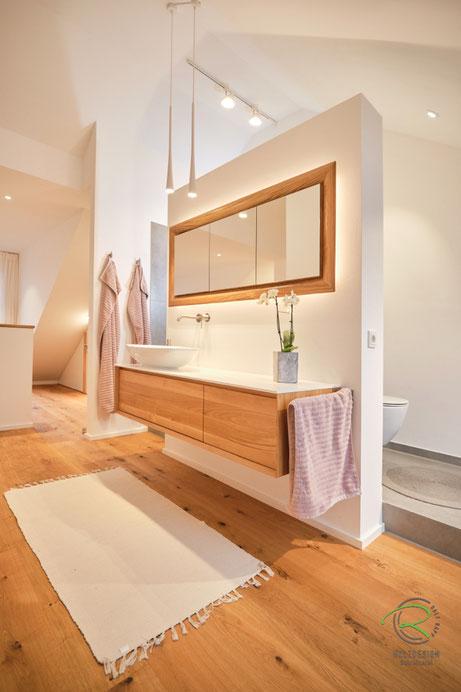 offen, gestaltetes Badzimmer mit Waschtischunterschrank & Spiegelschrank in Eiche massiv von Schreinerei Holzdesign Ralf Rapp Geisingen,Glasfachböden in Spiegelschrank Holz, doppelt verspiegelte Spiegelschranktüren, Spiegelschrank in Wand eingelassen