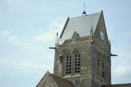 Fallschirmjäger an der Kirche von Sainte Mer Eglise