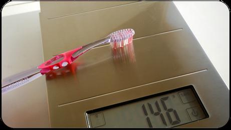 Zu starker Druck mit der Zahnbürste kann zu Schäden an Zähnen und Zahnfleisch führen. Wie stark darf ich höchstens drücken? (© proDente e.V.)