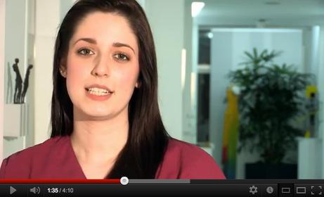 Ausbildung zur Zahnmedizinischen Fachangestellten (ZFA), früher als Zahnarzthelferin bezeichnet.