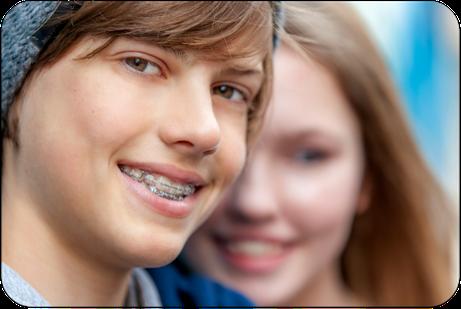 Warum entscheiden sich immer mehr Eltern für eine KFO-Behandlung ihrer Kinder? Wann ist der richtige Zeitpunkt dafür? (© proDente e.V.)