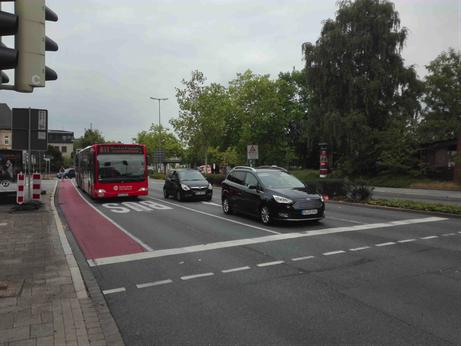 Auf dem Foto sieht man eine kleine Sonderspur. Das hat nur etwas Farbe gekosten und die Störhalte um fast 50 Prozent reduziert. Die kürzeren Buswartezeiten sparen rund 30 000 Euro pro Jahr.