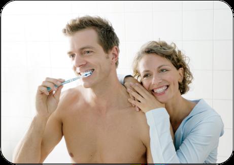 Beim Zähneputzen schleichen sich im Laufe der Jahre Fehler ein und manchmal werden Zähne vernachlässigt. Wie lässt sich das vermeiden? (© proDente e.V.)