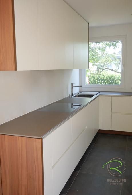 Schreinerküche aus eigener Fertigung von Schreinerei Holzdesign Ralf Rapp in Geisingen in weiß und Nussbaumdekor Keramik-Arbeitsplatte und weißer Griffleiste und raumhohen Oberschränken, kleine Einbauküche mit praktischen Stauraumlösungen