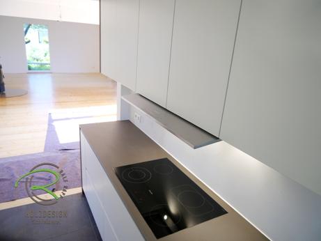 Moderne Küche in weiß und Nussbaumdekor von Schreinerei Holzdesign Ralf Rapp in Geisingen mit flächenbündig eingelassenen Ceran-Kochfeld u. ausgefahrener Flachpaneelhaube über Kochfeld