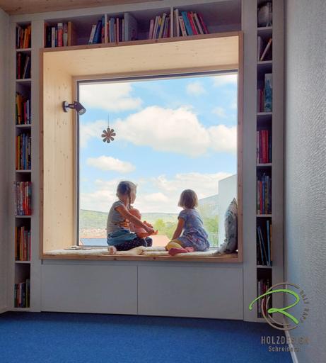 Modernes Holzhaus mit Sitzfenster von Schreinerei Holzdesign Ralf Rapp in Geisingen mit Panorama Ausblick, Nischenfenster mit Fichtenrahmen, Bücherregal und Stauraum in weiß und Sitzgelegenheit, Sitzplatz am Fenster mit Stauraum u. Bücherregal