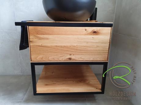 Eiche astig Massivholz Waschtischunterschrank mit schwarzem Stahlkonsole, offenem Ablagefach u. integriertem Handtuchhalter von Schreinerei Holzdesign Ralf Rapp in Geisingen für Aufsatzbecken in schwarz