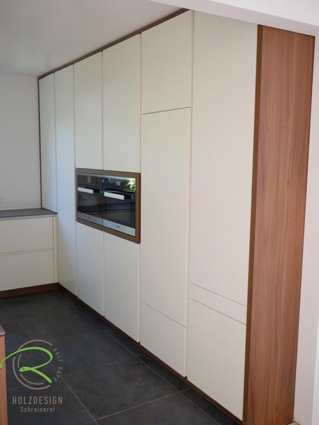 Schreinerküche mit raumhoher Hochschrankzeile mit senkrechter Griffleiste in weiß & Nussbaumdekor von Schreinerei Holzdesign Ralf Rapp in Geisingen