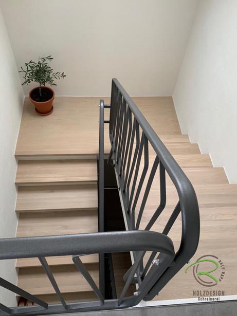 Komplett renoviertes Treppenhaus mit Eiche Massivholztreppenstufen von Schreinerei Holzdesign Ralf Rapp in Geisingen u.  anthrazit pulverbeschichtetem Metall-Treppengeländer, Treppenrenovierung Schreinerei Holzdesign Ralf Rapp in Geisingen,