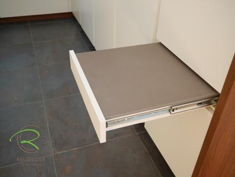 Moderne Küche in weiß von Schreinerei Holzdesign Ralf Rapp in Geisingen mit raumhoher Hochschrankzeile u.Auszugstisch mit Keramik-Arbeitsplatte als zusätzliche Arbeitsfläche im Sitzen