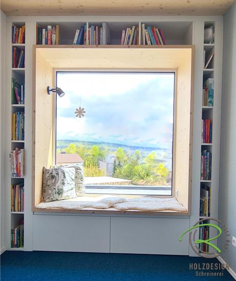 Haus mit Sitzfenster u. XL-Sitzecke mit Ausblick, Sitzfenster mit Stauraum u. Bücherregal von Schreinerei Holzdesign Ralf Rapp in Geisingen, Nischenfenster mit Bücherregal in weiß, Sitzbank in Fichte-Rahmen u. Schubladen unter der Sitzgelegenheit,