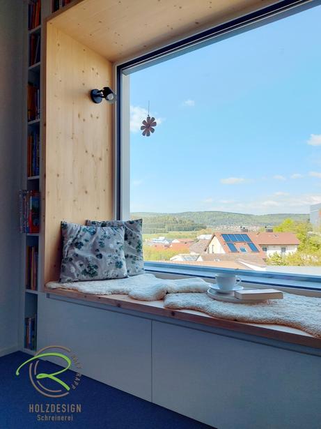 Sitzbank am Fenster mit Fichtenrahmen von Schreinerei Holzdesign Ralf Rapp in Geisingen, Sitzfenster mit Fichtenrahmen, Bücherregal u. Schubladen unter der Sitzbank, Fensternische mit Sitzgelegenheit, Bücherregal in weiß u. Schubladen unter Sitzbank