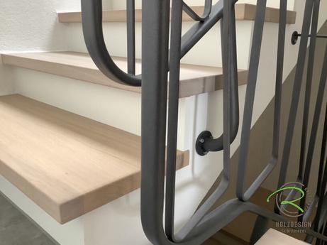 Holztreppe renovieren von Schreinerei Holzdesign Ralf Rapp in Geisingen mit Eiche Massivholztreppenstufen und weißen Stellbrettern mit pulverbeschichtetem Treppengeländer