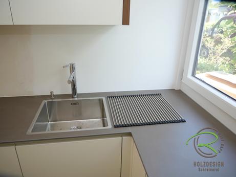 Moderne Küche in weiß von Schreinerei Holzdesign Ralf Rapp in Geisingen mit Keramik-Arbeitsplatte u. flächenbündig eingelassene Spüle mit Abtropf-Rollmatte