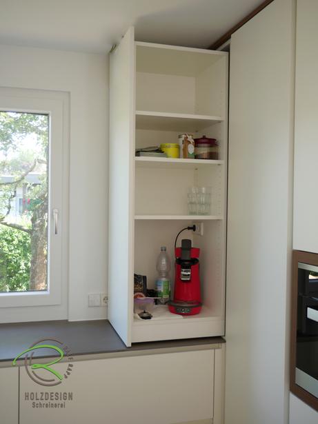 moderne Küche in weiß und Nussbaumdekor mit praktischen Stauraumlösungen wie Eckschrank als Kaffeeauszugsschrank von Schreinerei Holzdesign Ralf Rapp in Geisingen