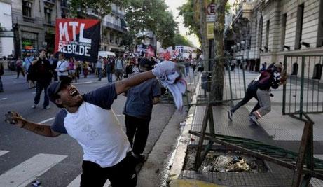 Demonstranter angriber City Hall, sædet af Buenos Aires' bystyre