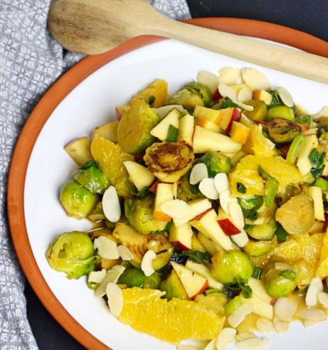 lauwarmer Rosenkohl als fruchtiger Salat mit Apfel, Orange und Mandeln