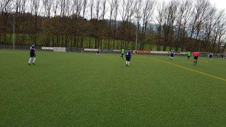 Fabio Schiprowski (am Ball), Felix Scharf (links im Vordergrund) und Alexander Lorenz (Nr. 5) waren die defensiven Garanten für den Arbeitssieg im Osningstadion.