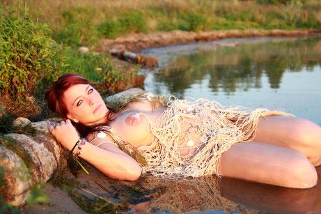 Junge Frau bei einem Wassernixen-Shooting an einem See in Leipzig