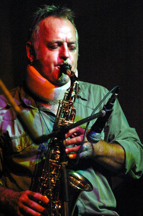 Alex Köberlein ist mit seiner Band Grachmusikoff aufgetreten und hat in der Alten Kirche eines der wenigen Solokonzerte in seiner mehr als 40jährigen Laufbahn als Musiker gegeben. Foto: Miche Hepp