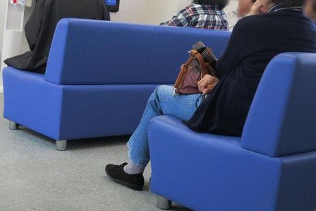 待合室の椅子に座る患者様