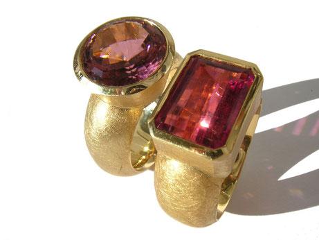 Zwei Ringe in Gelbgold 750/000 und 900/000 mit rosafarbenen Turmalinen