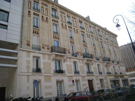 Façade sur la rue Edmond Champeaud, comprenant l'entrée de l'immeuble. Remarquer la prépondérance de la pierre aux deux premiers niveaux et de la brique aux étages.
