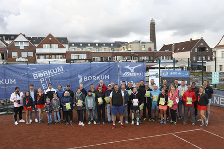 Siegerehrung der Borkum SENIOR Open mit Peter Schöpel von der Nordseeheilbad Borkum GmbH und allen Teilnehmern des Turniers.