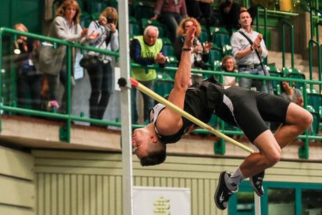 Tom Ediger überquert 1,96 m. im Hochsprung (Foto: Footcorner)