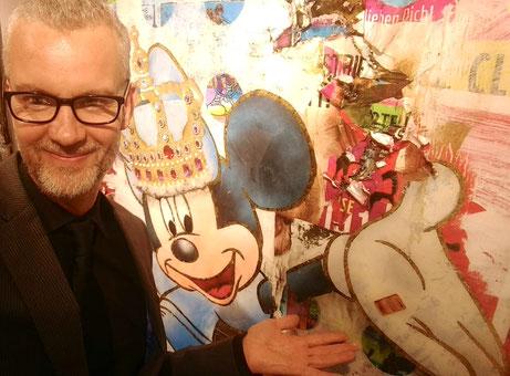 DJ Meneer Funkel naast een kunstwerk van Bra Reijnders