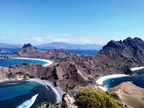 Uitzicht vanuit de top van Padar eiland in het Komodo national park op de Kleine Sunda eilanden in Indonesie